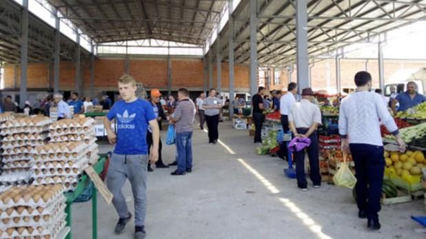 Дебрани се одговорни луѓе: Градскиот пазар речиси празен