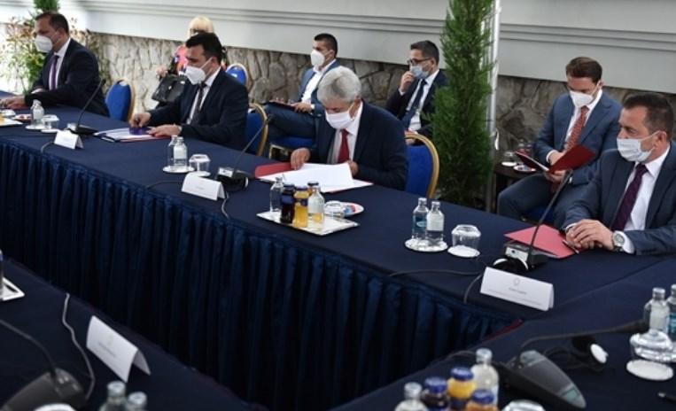 Само Заев сака брзи избори, останатите лидери со ист став како ВМРО-ДПМНЕ дека здравјето на луѓето е најважно