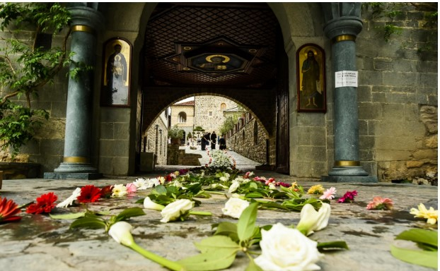 Новиот Владика во Бигорски манастир пречекан со тепих од цвеќе
