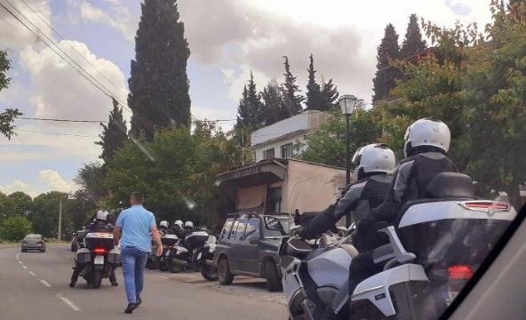 Наместо во изолација од кумашинот Зекири, Заев на мотор и со големо обезбедување во кафана во Дојран