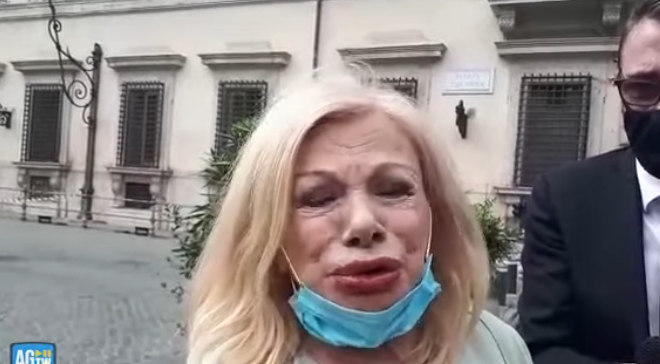 Актерката со катанци се заклучила за оградата на Владата во Рим! Конте веднаш реагирал