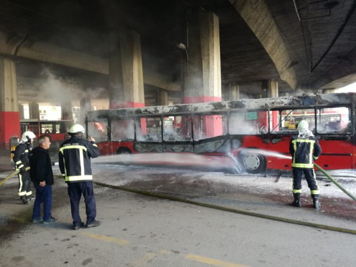 Автобус изгоре на стојалиштето под Железничка станица