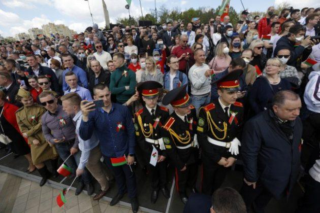 На парада и покрај пандемијата, илјадници луѓе без маски на прославата