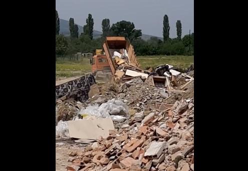 Камион од Општината истура шут на дива депонија, истата за која рекоа дека ја исчистија