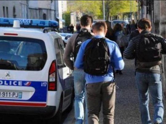 Вонредната состојба во Франција завршува, корона мерките остануваат