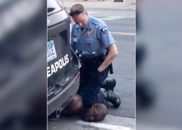 Уапсен полицаецот кој држеше колено на вратот на уапсен маж, кој потоа почина