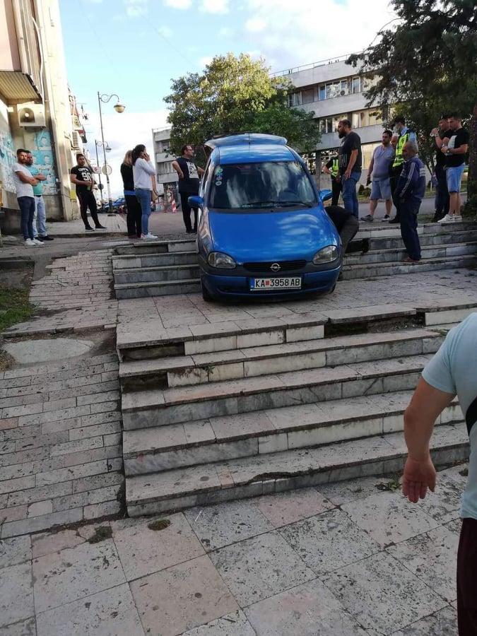 Со автомобил надолу по скали на плоштад во Неготино!