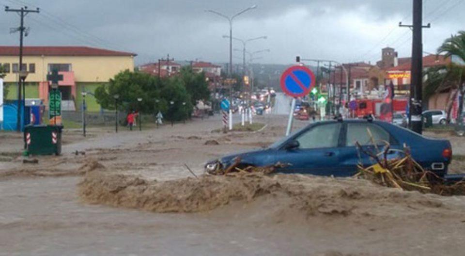 Силно невреме во Грција улиците ги претвори во реки
