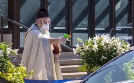 Свештеник со пластичен пиштол прскал верници со света вода