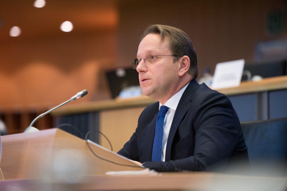 Еврокомесарот Вархеји во посета на Бугарија – тема е ветото кон Скопје, објави БНР