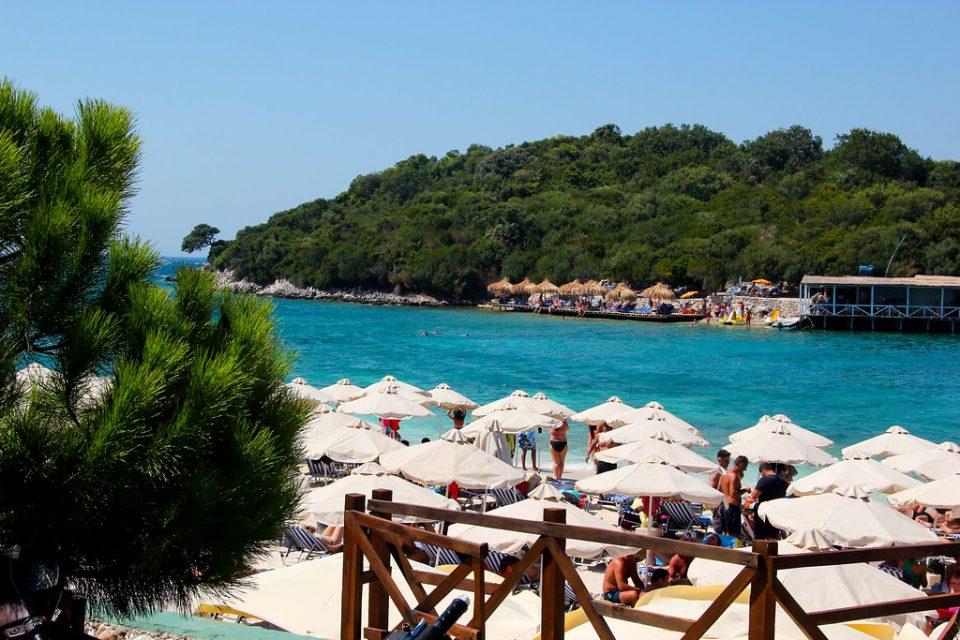 Во Албанија кафулињата ќе работат до 22 часот