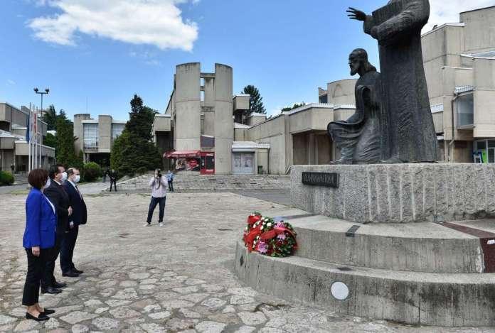 Делегација од Кабинетот на претседателот положи цвеќе пред споменикот на светите браќа Кирил и Методиј