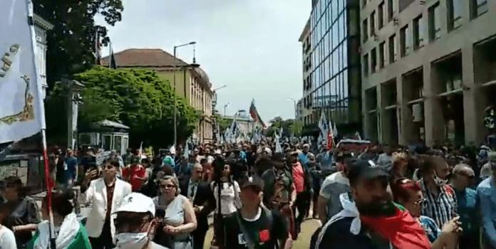 Протести пред бугарското собрание во Софија, бараат оставка од владата на Борисов