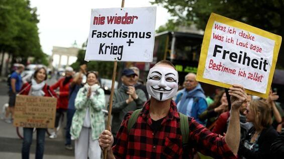 Берлин се крена на нозе против рестрективните мерки, демонстрантите се судрија со полицијата