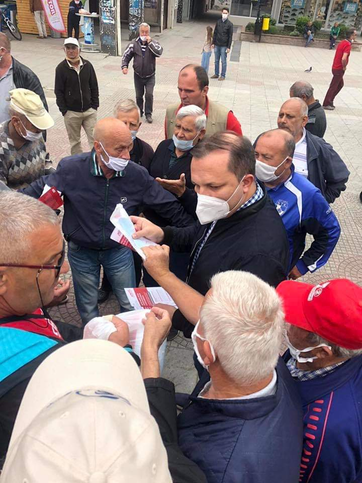 Двојното лице на Владата: Спасовски дели флаери, а не се почитува ниту социјална дистанца, ниту носење маски
