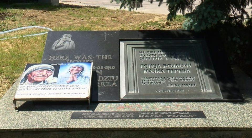 Зеленилото го попречи пристапот до спомен плочата на Мајка Тереза, Институтот за духовно и културно наследство на Албанците бара од Шилегов да се врати плочата