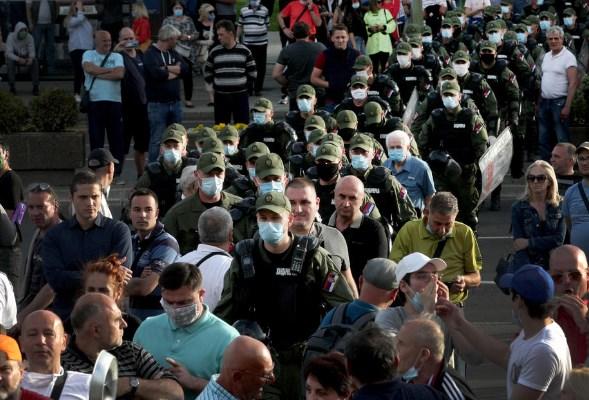 Едните сакаат избори другите не: Полицијата ги раздвојува приврзаниците на Вучиќ и опозицијата