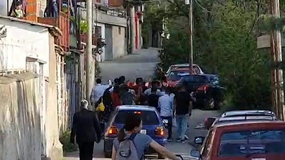 """""""Одам по невестата"""": Прекршување на мерките, свадба низ улиците на Велес"""