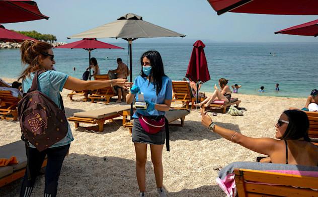 Ќе се мерат сенките од чадорите и ќе се бројат луѓето, ова се новите правила на плажите во Грција