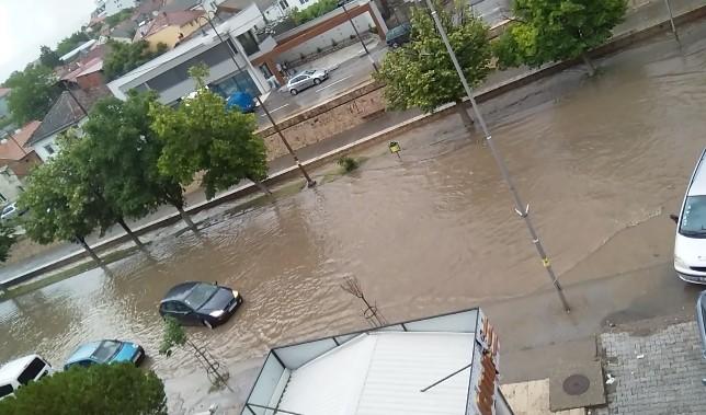 На помош викнати и пожарникари: Голема поплава во Неготино