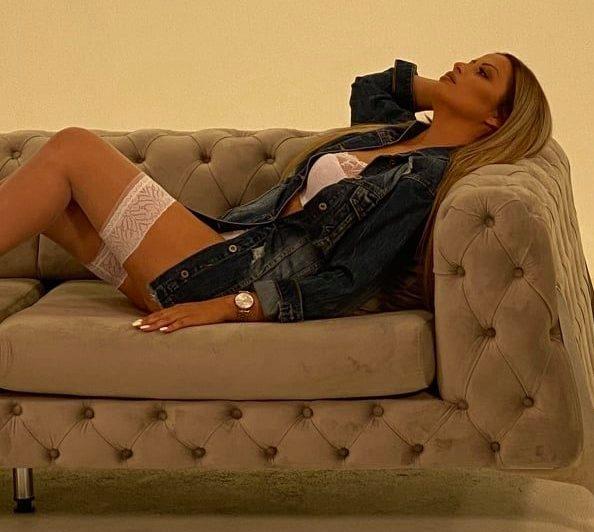 Фолкерката Барбика во долна облека и мрежести чорапи во новиот видеоспот