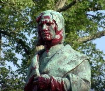 На протестите во САД се уриваат споменици кои се претставуваат личности од периодот на колонијализмот