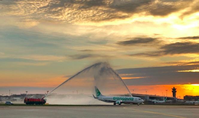Поздрав со вода за првиот лет по повторното отворање на парискиот аеродром Орли