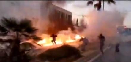 Демонстрантите против Трамп ја запалија и Амбасадата на САД во Атина