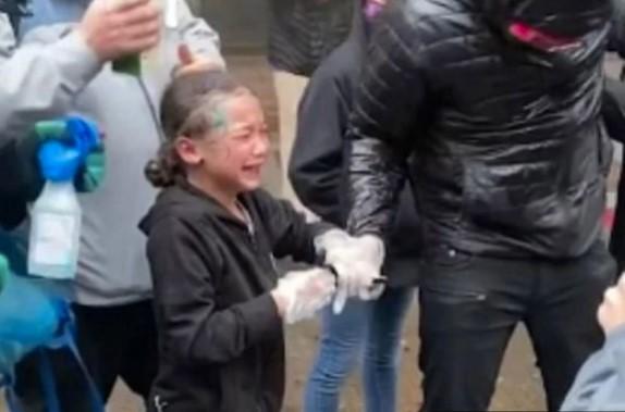 Снимката од протестите во САД ги разбесни граѓаните уште повеќе, девојче плаче и вреска од болка, а полицијата…