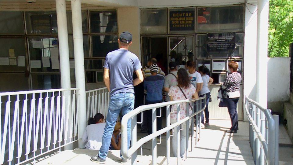Турканици пред кумановскиот центар за платежните картички, полицајци воведуваат ред