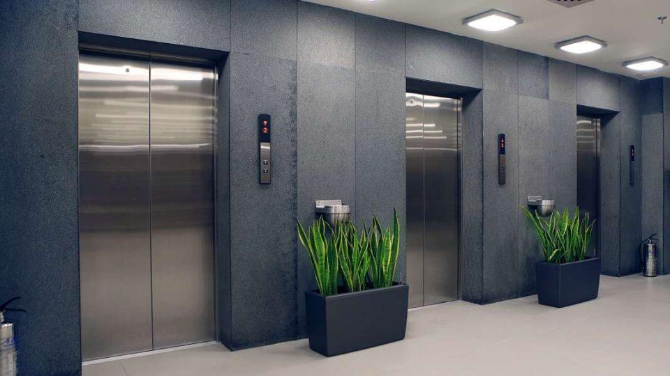 Лифтовите потенцијални жаришта на Ковид-19, предупредуваат експертите