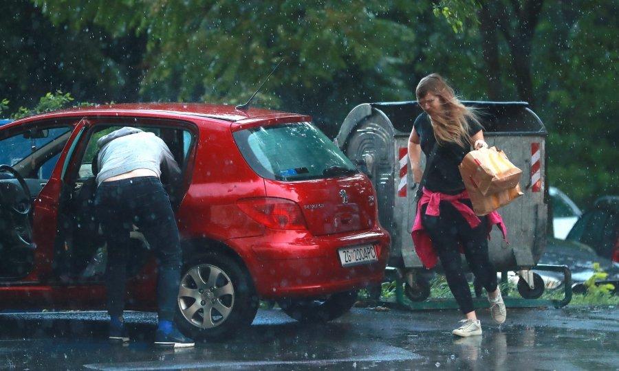 Ни се ближи невреме: Попладнево пороен дожд и грмежи