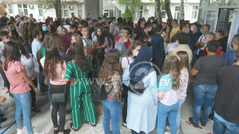 """Ученици и родители протестираат, не сакаат да полагаат примемни испити за запишување во """"Д-р Панче Караѓозов"""""""
