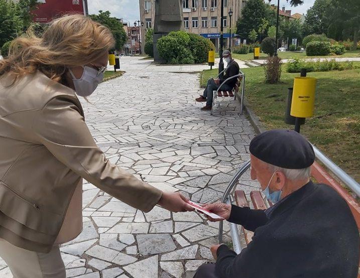 Самоизолација и за Славјанка Петровска, и таа делеше флаери низ Куманово