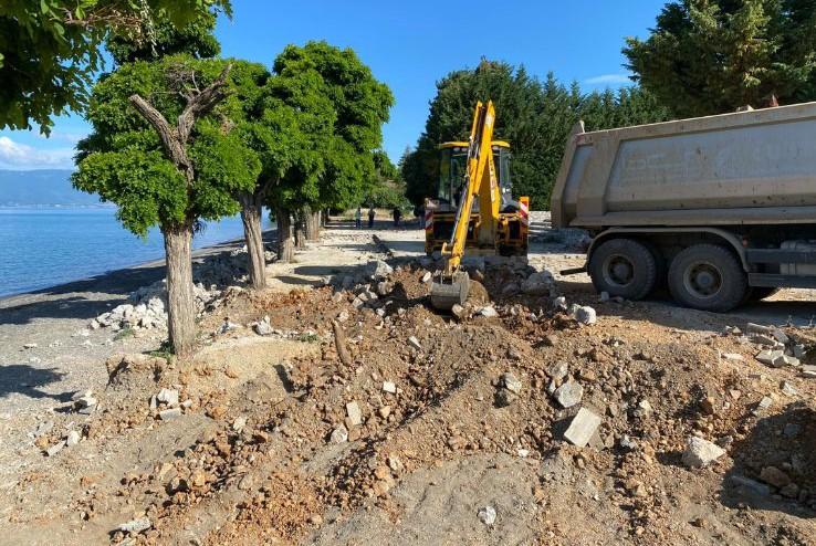 Фрлал градежен шут и земја на брегот на Охридското Езеро: Доби кривична пријава