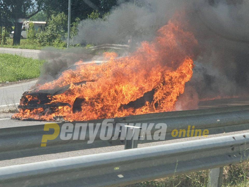 Избегната трагедија кај Неготино, навреме успеала да излезе од запален автомобил
