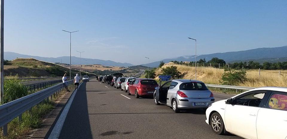 Србите со часови чекаат преку Бугарија да влезат во Грција и да одат на море
