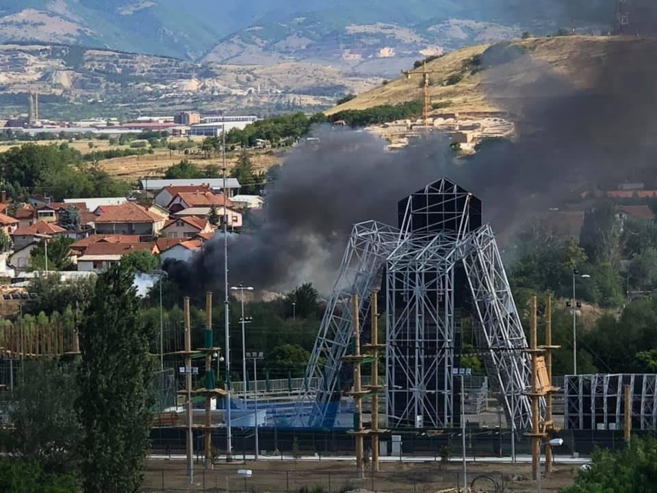 Се гори ѓубре, густ чад се шири во Карпош