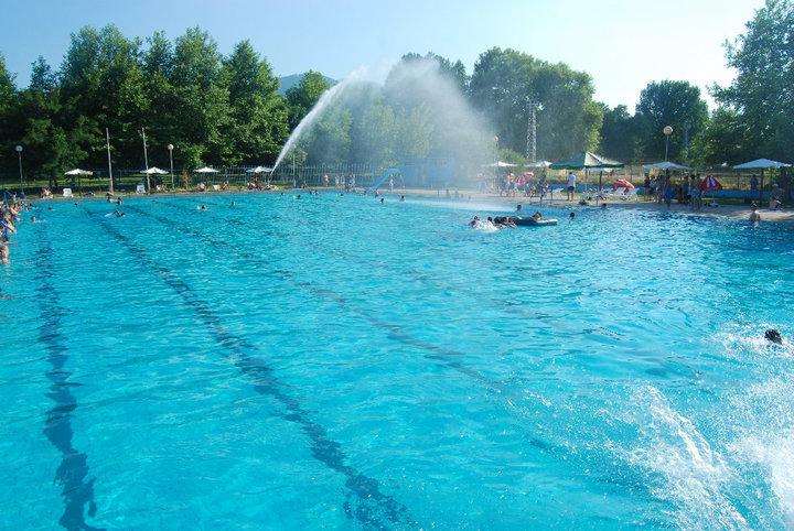 Затворен и градскиот базен во Виница, имало забава без да се почитуваат протоколите за работа