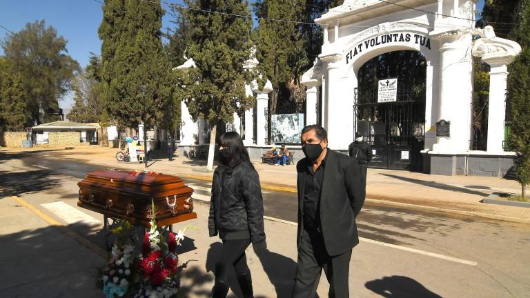 """Боливија копа масовни гробници, починати од коронавирусот """"чекаат"""" да бидат погребани"""