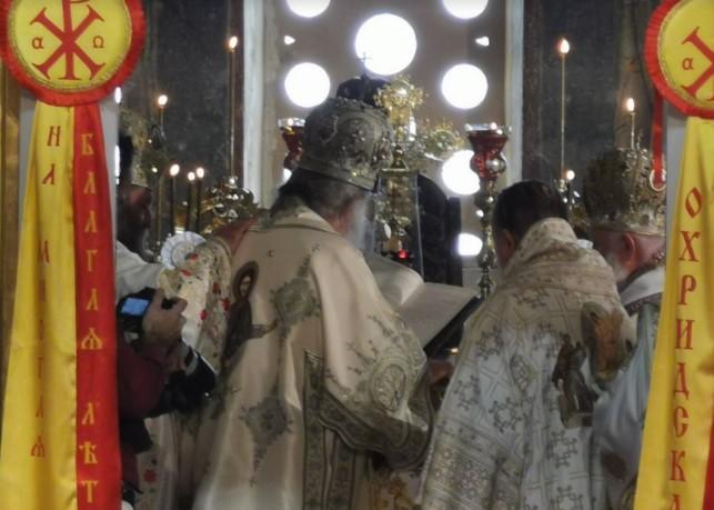 Денеска е Петровден: Верниците масовно ги посетија црквите