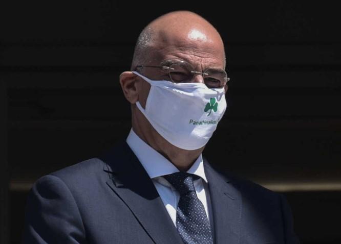"""Шефот на грчката дипломатија со маска """"Панатанаикос"""""""