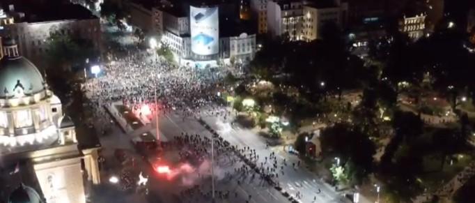 Полицијата тргна кон демонстрантите во Белград