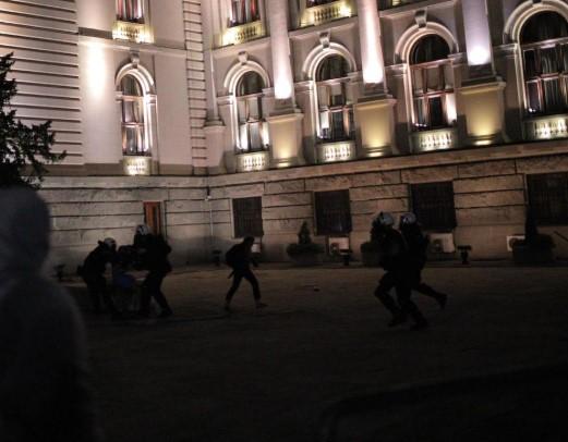 Летаат камења и солзавец: Полицијата ги спречи демонстрантите да влезат во Парламентот