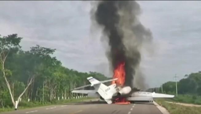 Шверцери на дрога слетаа на пат во Мексико, авионот во пламен