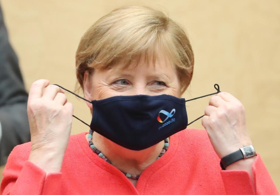 Oткако ѝ посочија дека никогаш не ја виделе со маска, Меркел стави заштита