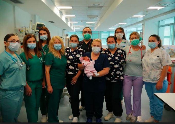 Бебето родено со 690 грама по три месеци заминува од ГАК