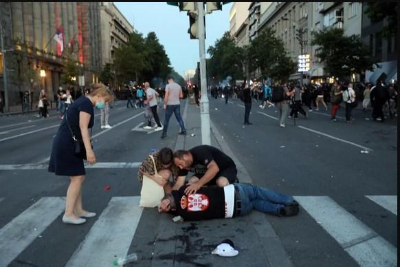 Повредени 19 полицајци и 17 демонстранти по вчерашните протести во Белград