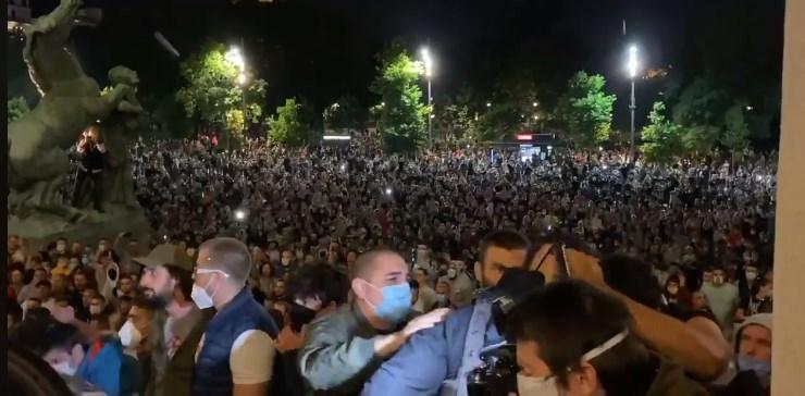 Бројот на демонстранти расте, илјадници вечерва на улиците во Белград