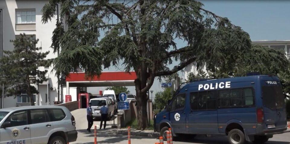 Косовската полиција влезе во инфективната клиника, откако се дозна дека повеќе пациенти биле на ист респиратор